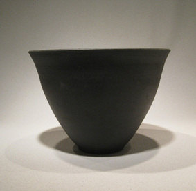 shoka seika bowl in black stoneware for ikebana